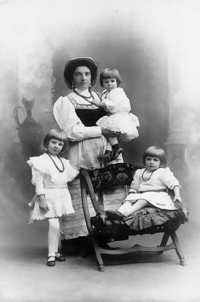 """Torino, anni '20. Amabile Giacoma Reolon, di Madeago, balia """"asciutta"""" di tre bambine. (Per gentile concessione di Paola De Biasio)"""