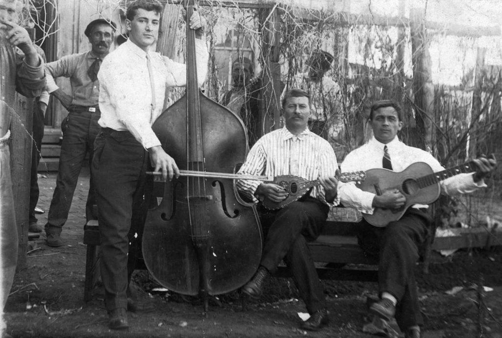 Thurber, 1916. Attilio De Marco, al centro con il mandolino, assieme ad alcuni amici e colleghi