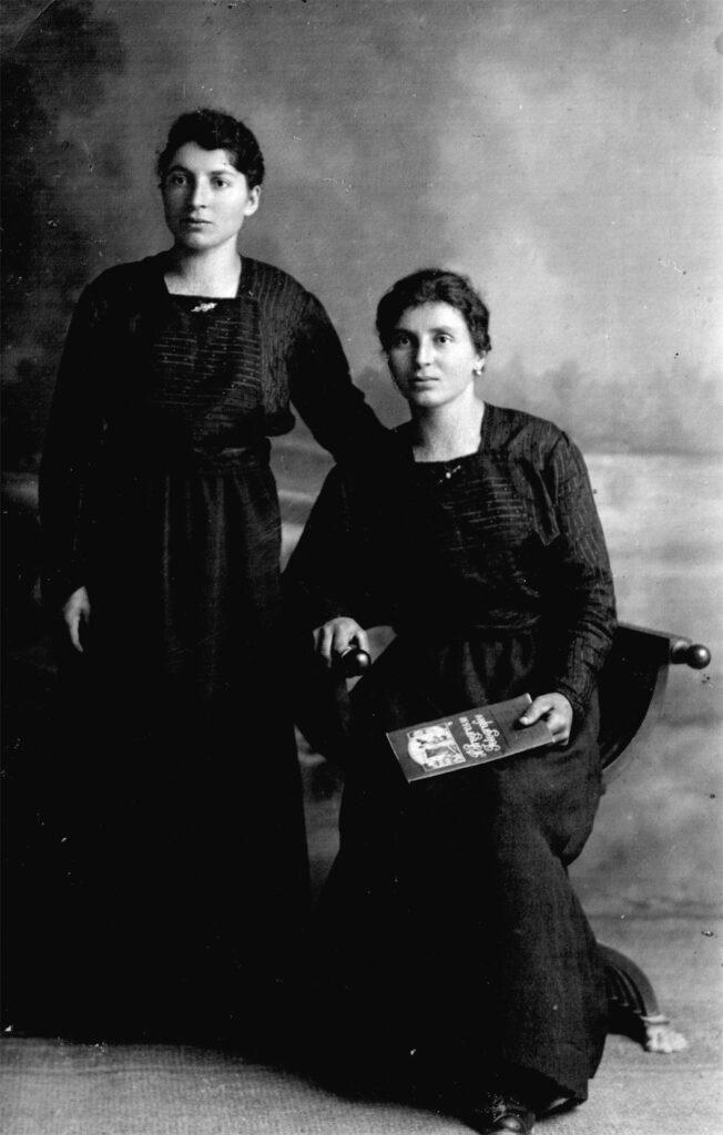 """Anni '30 - Sargnano, Belluno - da sinistra Teresa - sposata in D'Incà - e Angela De Toffol - rimasta nubile. Angela ha gestito fino alla sua morte l'osteria """"Le bionde"""" di Sargnano"""
