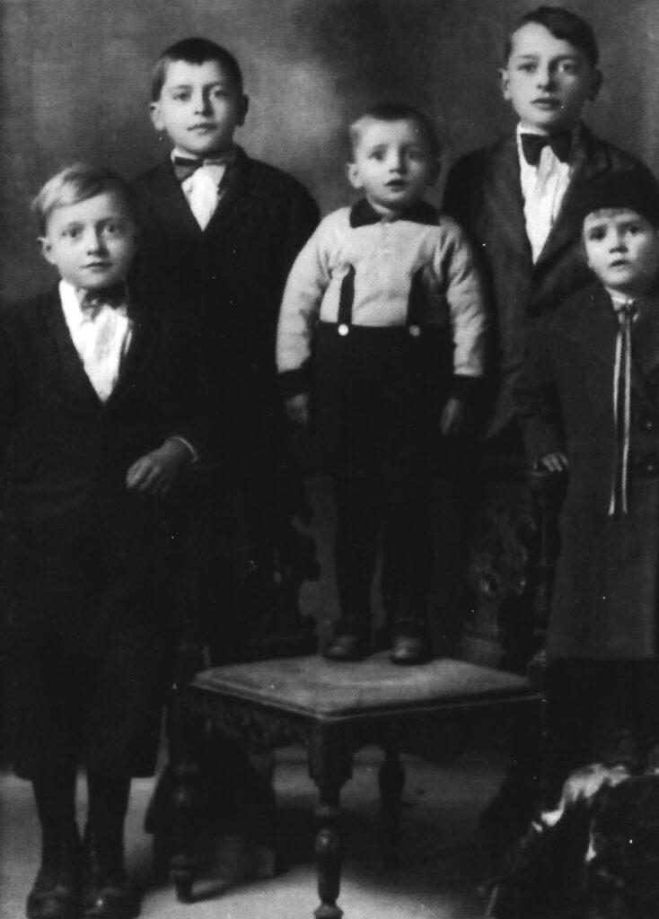 Nella foto Gloria e i fratelli Elmer, Geno, Francesco e Silvio in una foto scattata in Italia prima del ritorno negli Stati Uniti