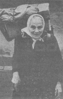 foto si Maria Fontana con il suo negozio ambulante sulle spalle