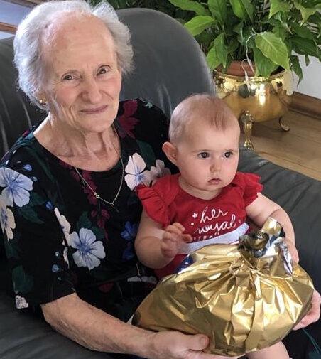 Foto di Elena Boschet che tiene in braccio la bisnipote Elena